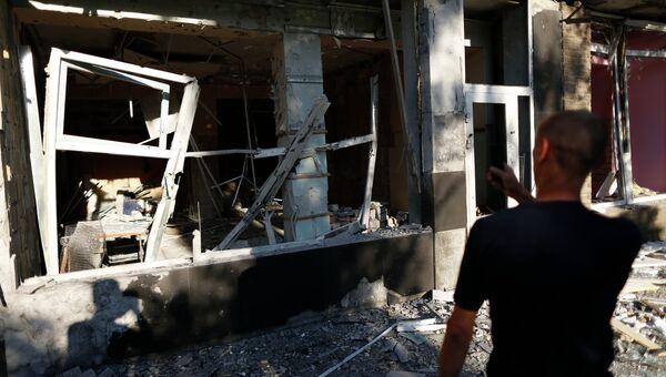 Мужчина у разрушенного дома после артобстрела в Макеевке. Архивное фото