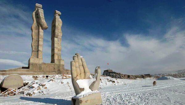 Монумент гуманности, посвященный дружбе Турции и Армении в турецком городе Карс. Архивное фото