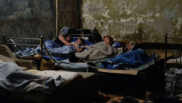 Жители Горловки прячутся от артиллерийских обстрелов. Архивное фото