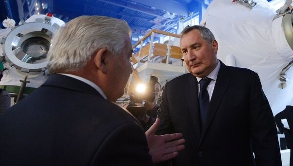 Вице-премьер РФ Дмитрий Рогозин осматривает тренировочные модули в Звездном городке