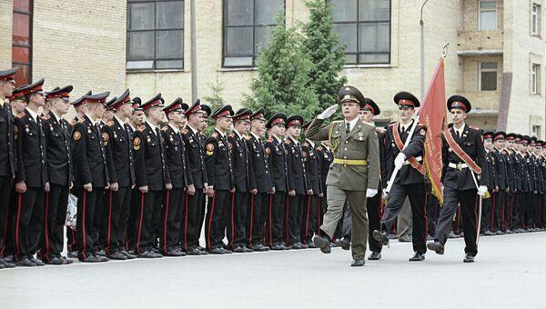 Вынос знамени Московского суворовского военного училища перед строем суворовцев-кадетов во время торжественной церемонии 54-го выпуска учащихся СВУ