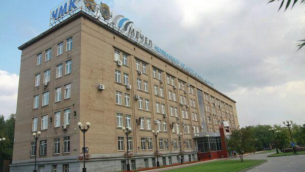 Главный вход в здание заводоуправления ОАО ЧМК в Челябинске. Архивное фото