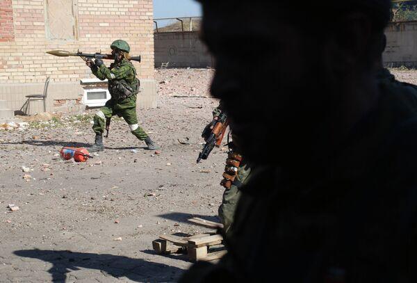 Ополченцы ДНР во время боев в районе Донецкого аэропорта