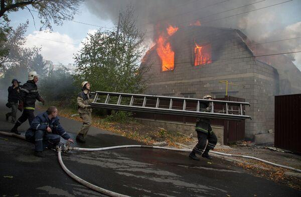 Пожарные пытаются потушить пожар в частном доме в Донецке