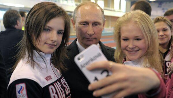 9 октября 2014. Президент России Владимир Путин фотографируется с победителями II Летних юношеских Олимпийских игр 2014 года в Нанкине