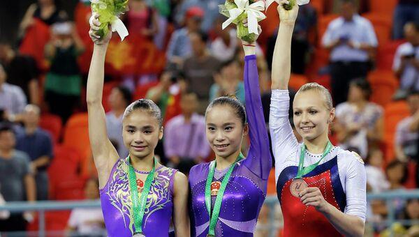 Медалистки ЧМ по спортивной гимнастике. Упражнение на брусьях.