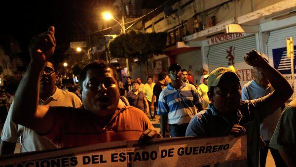 Протестующие требуют наказать виновных за гибель и пропажу людей при разгоне студенческой демонстрации в конце сентября. Мексика, 12 октября 2014