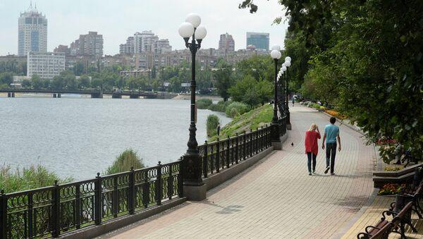 Жители Донецка на набережной. Архивное фото