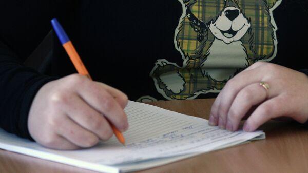 Школьница пишет сочинение