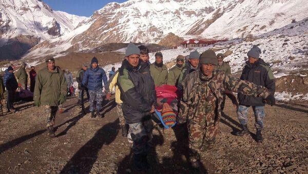 Спасательные операции в районе схода лавины в Гималаях. Непал 15 октября 2014