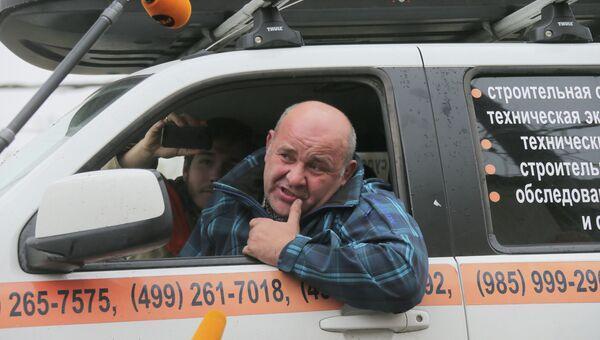 Водитель почти сутки сидит в машине, блокируя работу эвакуатора. Архивное фото