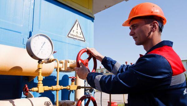 Рабочий на объекте газотранспортной системы Украины, архивное фото