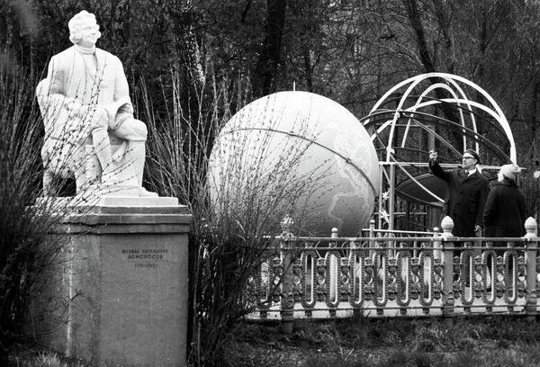 Памятник М.В. Ломоносову и глобус на Астрономической площадке Московского планетария