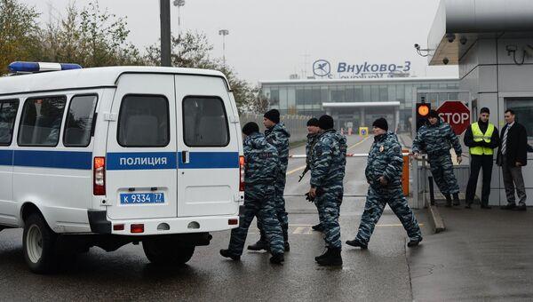 Сотрудники правоохранительных органов в аэропорту Внуково, недалеко от места крушения легкомоторного самолета Falcon