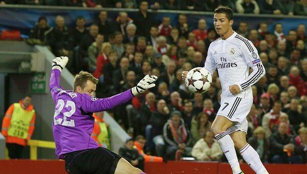 Криштиану Роналду забивает гол в матче Ливерпуль - Реал в Лиге чемпионов, 22 октября 2014
