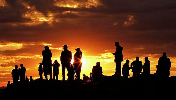 Турецкие жители возле границы с Сирией наблюдают за ударами по городу Кобани