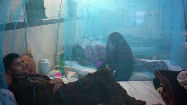 Пакистанские пациенты, страдающие от лихорадки денге в изоляторе в местной больнице в Равалпинди