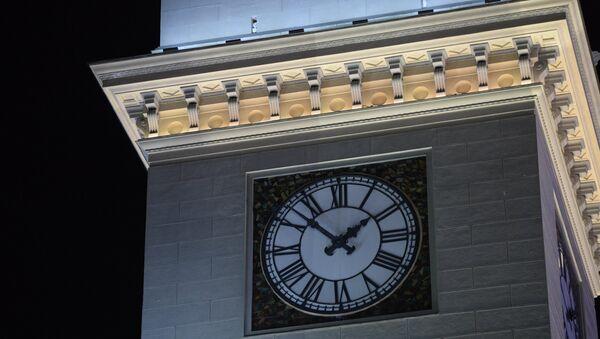Перевод часов на зимнее время на Киевском вокзале в Москве. Архивное фото
