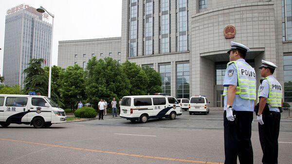 Полиция у здания суда в городе Хэфэй, провинция Аньхой, КНР