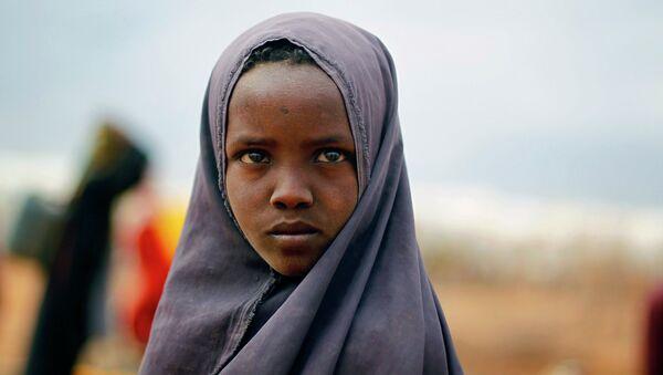 Сомалийская девушка ждет, чтобы собрать воду в лагере ООН. Архивное фото