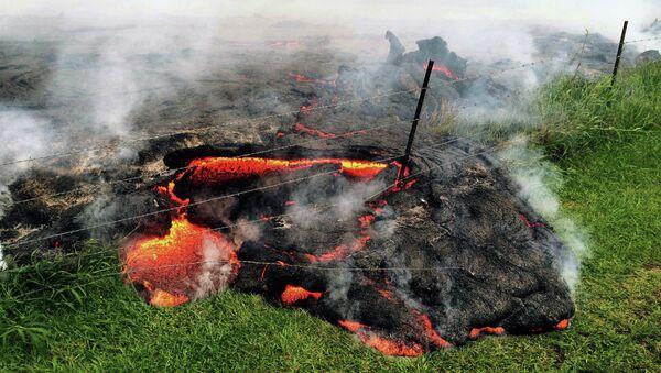 Поток лавы вулкана Килауэа возле деревни Пахоа, Гавайи, США. Архивное Фото.
