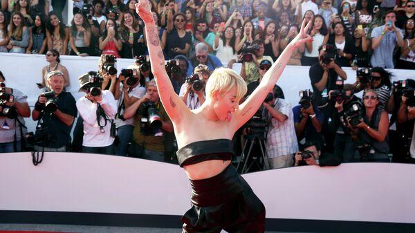 Певица Майли Сайрус на красной дорожке перед MTV Video Music Awards