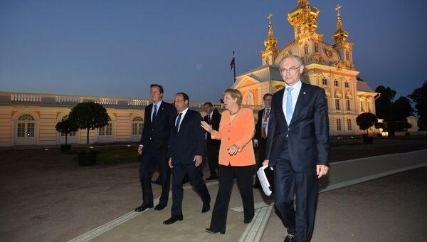 Премьер-министр Великобритании Дэвид Кэмерон (слева)