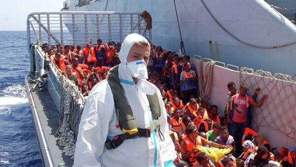 Итальянский военный корабль участвующий в спасении мигрантов в Средиземном море. Архивное фото
