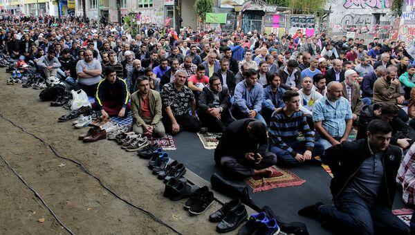 Мусульмане во время пятничной молитвы в рамках демонстрации в пользу религиозной терпимости на улице Берлина. Сентябрь 2014