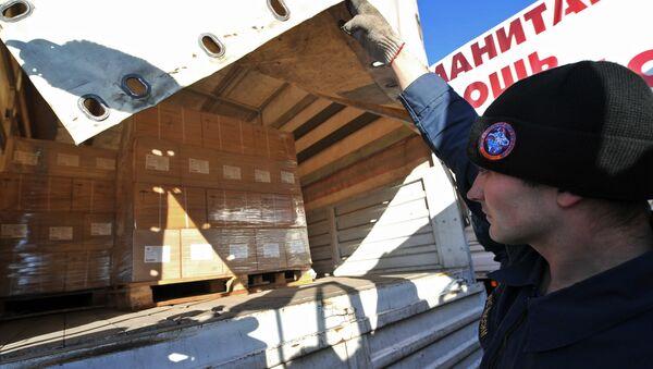 Сотрудник МЧС РФ во время подготовки к отправке четвертой гуманитарной колонны