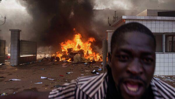 Беспорядки на улицах столицы Буркина-Фасо города Уагадугу, архивное фото