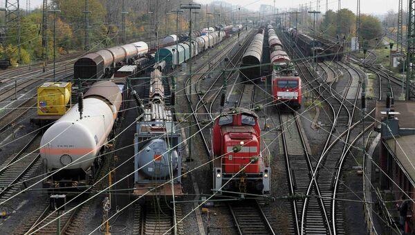 Локомотивы и подвижной состав Deutsche Bahn стоят в депо поездов во время забастовки машинистов