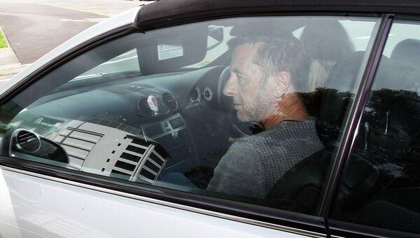 Ударник рок-группы AC/DC Фил Радд покидает здание суда. Новая Зеландия