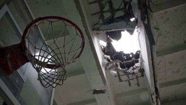 Школа в Донецке, пострадавшая в результате обстрела. Архивное фото