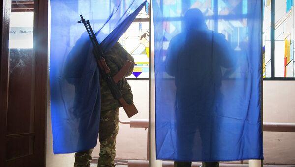Ополченцы голосуют на выборах главы ДНР и депутатов Народного Совета республики. Архив