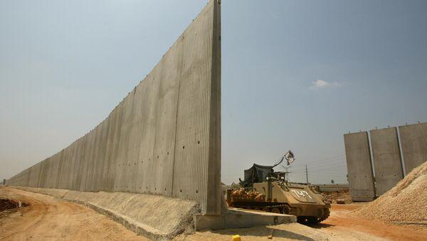Израильский бронетранспортер на границе с Палестиной