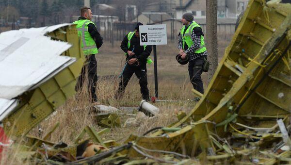 Голландские эксперты работают на месте крушения MH17, архивное фото