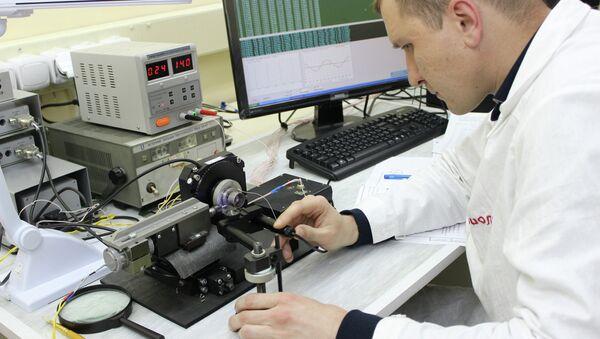 Сотрудник предприятия в цехе военного завода. Архивное фото