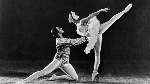 Сцена из балета П.И. Чайковского Лебединое озеро