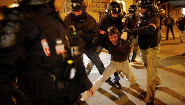 Полиция арестовывает протестующего в Нанте, Франция