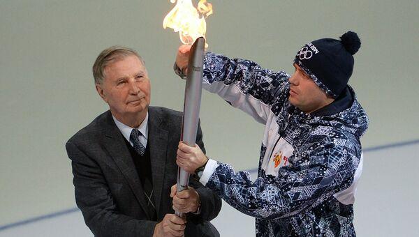 Легендарный тренер по хоккею Виктор Васильевич Тихонов во время эстафеты Олимпийского огня. Архивное фото