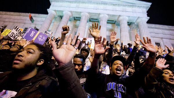 Протестующие возле Нешнел Портрейт Галлери в Вашингтоне, США