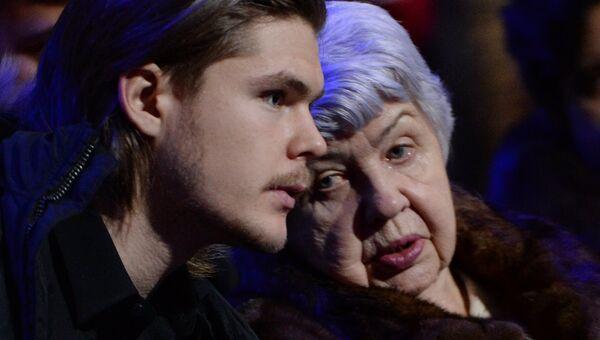 Внук Виктора Тихонова, хоккеист ХК СКА Виктор Тихонов и вдова Татьяна Тихонова