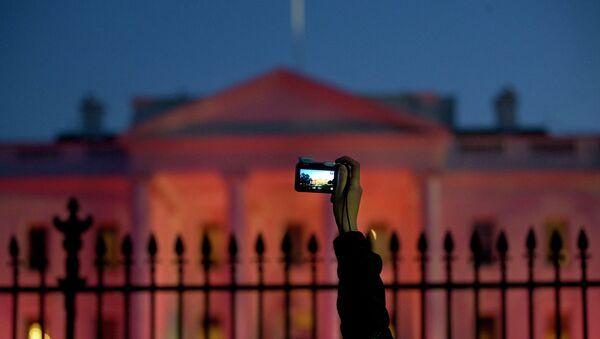 Турист фотографирует Белый дом США в Вашингтоне. Архивное фото
