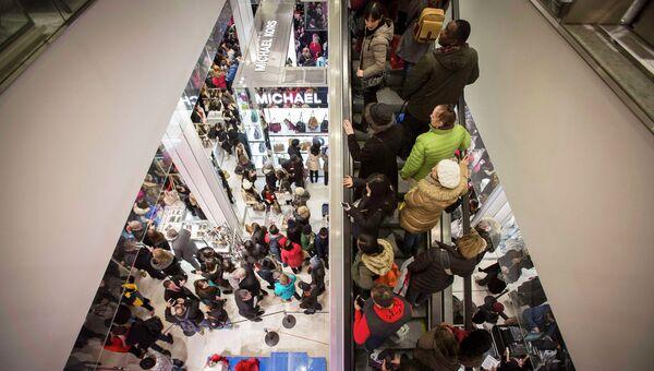 Покупатели в магазине Нью-Йорка во время распродажи Black Friday