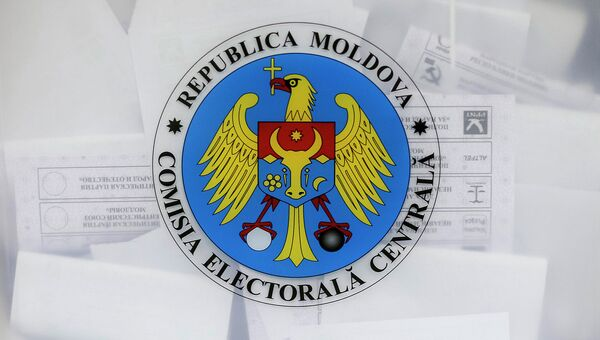 Избирательная урна с гербом Молдавии. Архивное фото
