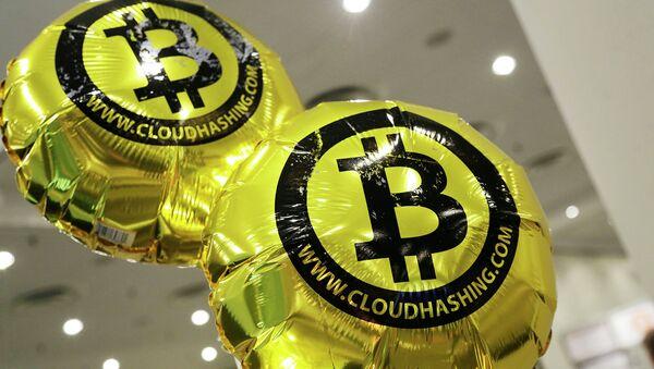 Логотип Bitcoin. Архивное фото