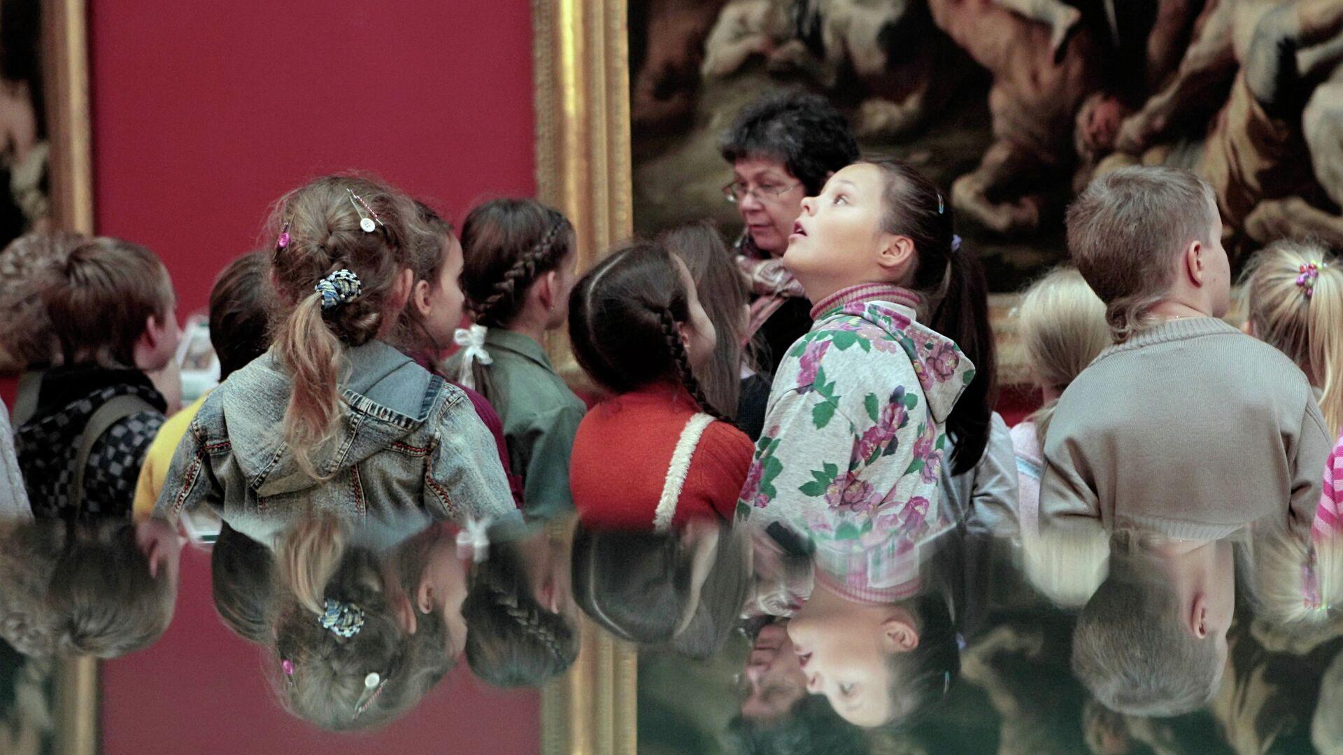 Школьники осматривают экспозицию в одном из залов Государственного Эрмитажа - РИА Новости, 1920, 02.03.2021
