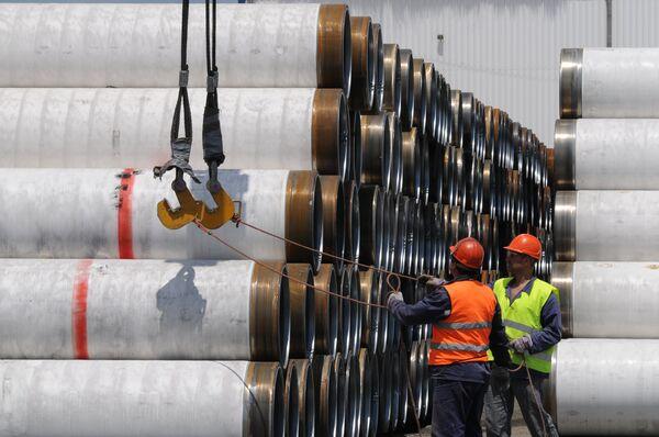 Перед укладкой на дно Черного моря трубы для Морского газопровода Южный поток складируются в портах Бургас и Варна, Болгария