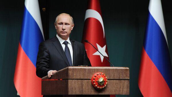 Президент России Владимир Путин на итоговой пресс-конференции в Анкаре